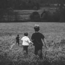 niños corriendo de la mano 2